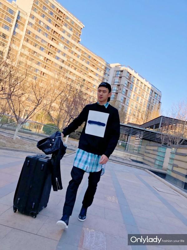 宁泽涛身穿DIESEL BLACK GOLD 2018早春喷绘方块系列卫衣街拍