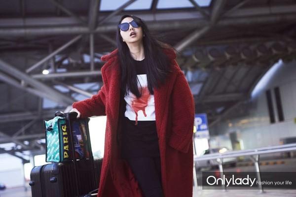 YUYU身穿DIESEL BLACK GOLD 2018早春喷绘方块系列T恤街拍